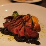 横浜馬車道 旬の肉料理イタリアン オステリア・アウストロ - 鴨のムネのロースト。ちょっとしっかり目にいてもらいました内臓系のソースがオン!