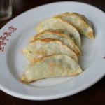 華香亭本店 - 料理写真:焼き餃子 かなりしっかり目の皮です