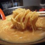 大阪豚骨ラーメン大力 - 平打ち麺です