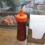 46633465 - 卓上のケチャップはハンバーガー用ではなく、フライドポテト用です。