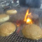46633466 - 店主さんがじっくり炭火で焼き上げるパテ。