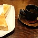 さくら屋 - 料理写真:ブレンドコーヒー トースト付き 370円