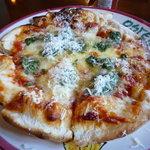イタリア料理 トラットリア ぽるとふぃーの - 料理写真:【2010.7.23】トマトとバジルのピザ♪外側はかりっ、中はふんわりもちもち☆
