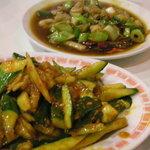4664546 - 炒生腸(豚の子袋炒め)(奥)と涼拌黄瓜(胡瓜の辛み和え)