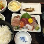 魚良 - 刺身定食700円