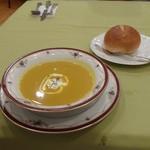 46646645 - カボチャのスープ、パン