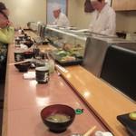 寿司幸 - 長いカウンター