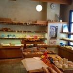 ラ・フォンテーヌ - 焼きたてパンが並んでおります。