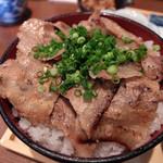 46652092 - 201601 ランチの豚丼(800円)。アラ汁、小鉢2つ付き。