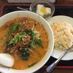 慶珍楼 - 担々麺と半チャーハンのセット750円。やっぱり相変わらずのボリュームでした。