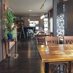 ピアノカフェ ルコラ - ゆとりあるお洒落な店内です。