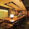 青柚子 - 内観写真:バーカウンターはデートに最適13席。テーブルが低いのでゆったりできます。