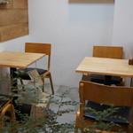 はま茶 - 2人掛けテーブルが、2卓並んだコーナー