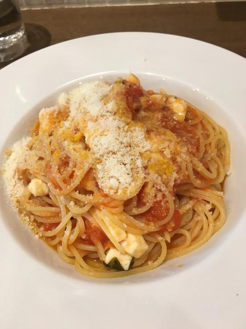 トラットリア ダ コヴィーノ - モッツァレラチーズとトマトのスパゲティ