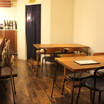 カフェ 仁音 - 新しくなったテーブル席。店主の手作りテーブルがお出迎え。