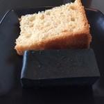 rail - シフォンケーキとブラックチーズケーキ。 黒皿で見えにくいけど。。