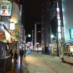 けやき - 中心街の歩道には雪もなく快適。隣の「メンズスナック 仁王」も気になるが