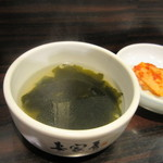 妻家房 - ビビンバに添えられたスープは韓国料理の定番わかめスープでした。