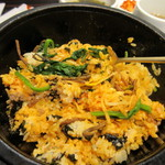 妻家房 - コチジャンを加えを良くかき混ぜると美味しい石焼ビビンバの完成です。   人気の韓国料理を気軽に堪能出来る店として利用されてる女性の方も多いお店です。