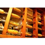 生パスタ専門店センプレ - 入口にはパスタ専門店をイメージさせるパスタの装飾感。