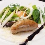 国産豚の自家製サルシッチャと温度卵のサラダ仕立て、トリュフの香りのドレッシングで