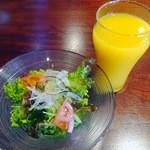 46693313 - サラダとオレンジジュース