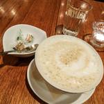 46694276 - どこを持ってももれなく熱いカフェラテ(500円+税)