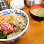 うおがし丼 かんの - スペシャルサービス丼 味噌汁
