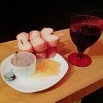 焼鳥どん - 白レバーのパテ380円と赤ワイン(モーンスーン)330円。最高の組合せ!