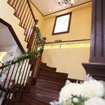 ザ・ハウス 白金 - 二階バンケットへ続く階段、フォトスポットとしても人気