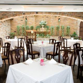 チャペルの見える温かい雰囲気が人気のレストラン