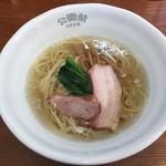 46715668 - 塩そば750円なり  スープは透明感が高く丼の底まで透けて見える