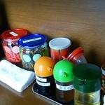 十四代目 哲麺 - 調味料と高菜と紅生姜