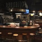 炙り焼 麦酒酒場 三代目 山田屋 - グルッと囲ったカウンター