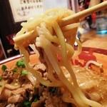 46718849 - 麺は加水率高めの中太やや縮れ麺を使用。