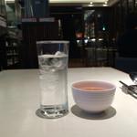 四川飯店 - お冷とお茶