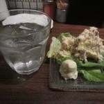 46721802 - 芋焼酎 莫祢氏(あくねし)の水割りとポテサラハーフ