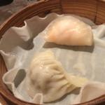 上海湯包小館 - 海老餃子とフカヒレ入り餃子