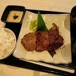 牛紋 - 牛タン・ハラミ定食 ¥1000円