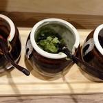 生うろん八幡 - 薬味が3種類あって楽しいです