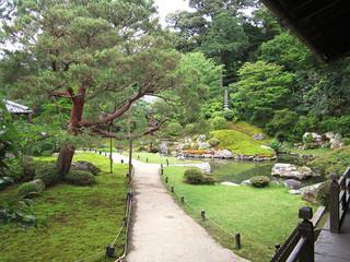 青蓮院門跡 - 庭におりて散策できます。奥にみえるのが相阿弥の庭