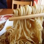 46739169 - 麺はこんな感じ 細やや縮れ麺は食感良い