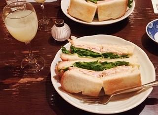 高山珈琲 - 【料理】サンドイッチ(D)ツナ、ハム、チェダーチーズ。写真左端のりんごジュースが付いてきました。別で頼んだコーヒーは食後か一緒かなど選ばせてもらえます