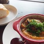 彦根バルやぶや食堂 - ランチセットの「オニオングラタンスープ」とパン