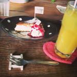 Hashigo Cafe - ホワイトチョコのNYチーズケーキとパイナップルジュース.