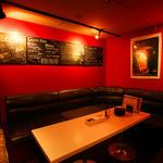 エスペランサ - シックな黒いソファーでゆったりと寛げるお席をご用意しております。会社帰りの飲み会や女子会の利用にgood!