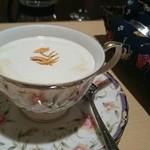 CAFE LOTUS - カフェ・ポンパドゥール。コーヒーの苦味とオレンジピールのさわやかな香りがとても相性良く、飲みやすておいしいです。トッピングの乾燥させたオレンジピールは、マスターのこだわりポイント。