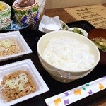 Nattoukoubousendaiya - ご飯は普通盛り、最初は国産ひきわりと国産小粒にしました♪