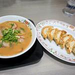 餃子の王将 - チャーシューメンと餃子