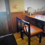 めんめん亭 - テーブル席